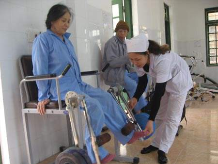 cham-cuu-cho-benh-nhan-sau-tai-bien-2 Châm cứu cho bệnh nhân sau tai biến
