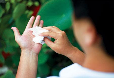Ra mồ hôi tay chân điều trị tận gốc bằng đông y Ra mồ hôi tay chân điều trị tận gốc bằng đông y