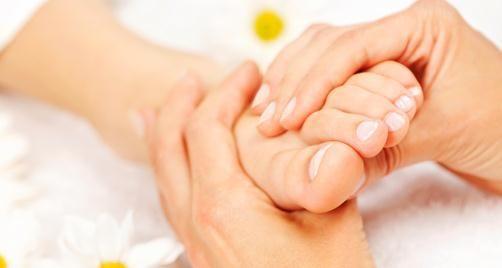 Xoa bóp bấm huyệt gan bàn chân 1 Xoa bóp bấm huyệt gan bàn chân thực hiện như thế nào?